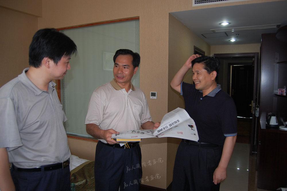 汪国真与时任泰宁县委书记曾祥辉(中)、汪碧刚(左)秘书长在交流。
